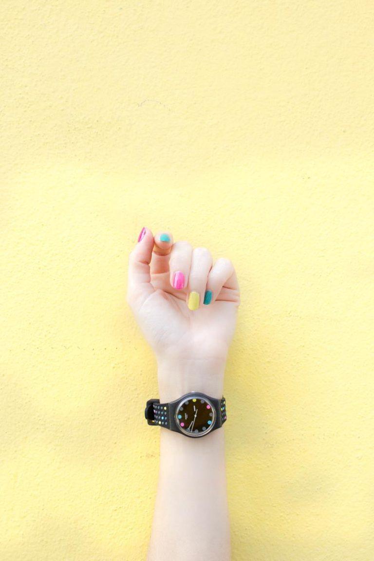 Jak prawidłowo wykonać manicure z zastosowaniem lakierów hybrydowych
