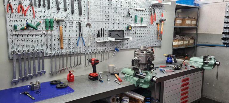 Czy zwykły hydraulik pomoże nam w przypadku awarii pompy hydraulicznej?