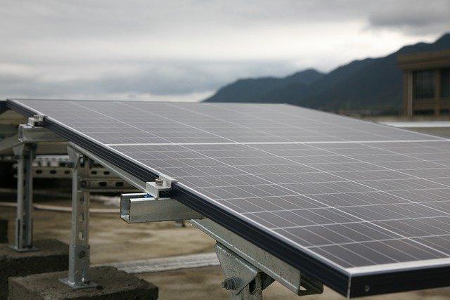 Jak obliczyć liczbę paneli słonecznych potrzebnych do zasilania domu?